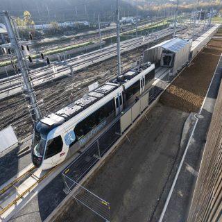 Déchargement de la première rame du tram T13 à l
