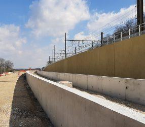 Agrandir Mur de soutènement séparant le terminus du tram et les voies du RER C